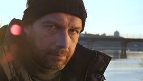 Portret van hopeloos wanhopig dakloos mannetje stock videobeelden