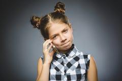 Portret van inbreukmeisje met mobiele of celtelefoon Negatieve menselijke emotie royalty-vrije stock foto's