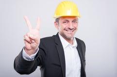 Portret van ingenieur die bouwvakker dragen die vrede tonen Royalty-vrije Stock Foto