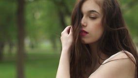 Portret van jong aantrekkelijk meisje met een mooie glimlach het model bekijkt camera en het glimlachen meisje in de heldere zome stock video