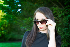Portret van jong aantrekkelijk meisje met zonnebril Stock Afbeeldingen