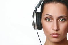 Portret van jong, aardig meisje in oortelefoons Royalty-vrije Stock Foto