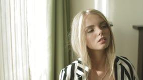 Portret van jong blondemeisje in hotelruimte stock video