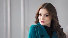 Portret van jong elegant vers vrouwelijk model die en camera stellen bekijken stock video