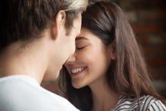 Portret van jong hartelijk romantisch paar in liefde stock afbeelding
