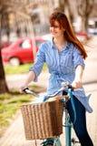 Portret van jong hipstermeisje op de fiets Royalty-vrije Stock Fotografie
