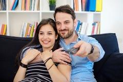 Portret van jong houdend van paar in woonkamer royalty-vrije stock afbeeldingen