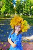 Portret van jong meisje in kroon van gele bladeren De herfst het lopen Royalty-vrije Stock Foto