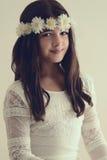 Portret van jong meisje met bloemhoofdband Stock Afbeeldingen