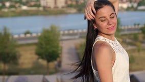 Portret van jong meisje met lang haar op de achtergrond van een mooi landschap stock footage