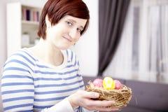 Portret van jong meisje met paaseieren royalty-vrije stock afbeelding