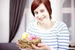 Portret van jong meisje met paaseieren royalty-vrije stock foto