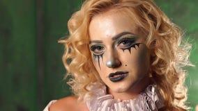 Portret van jong meisje met samenstellingsskelet op haar gezicht, kauwt zij kauwgom stock video