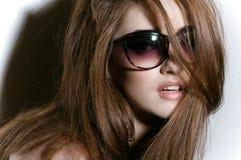 Portret van jong meisje met zonnebril stock afbeeldingen