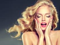 Portret van jong model met vliegend golvend, blond haar royalty-vrije stock fotografie