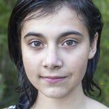 Portret van jong mooi donkerbruin meisje in openlucht Stock Foto's