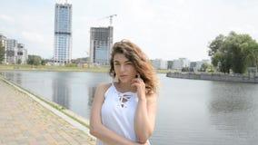 Portret van jong mooi flirty Europees meisje stock footage