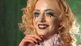 Portret van jong mooi meisje met samenstellingsskelet op haar gezicht Halloween stock videobeelden