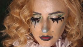 Portret van jong mooi meisje met samenstellingsskelet op haar gezicht Halloween stock video