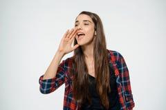 Portret van jong mooi meisje over het witte schreeuwen als achtergrond Stock Foto