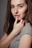 Portret van jong mooi meisjesbrunette in de Studio stock afbeeldingen