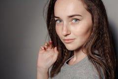 Portret van jong mooi meisjesbrunette in de Studio royalty-vrije stock afbeeldingen