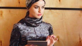 Portret van jong mooi moslimmeisje die tablet gebruiken stock video