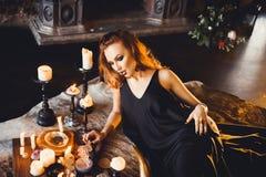 Portret van jong mooi roodharig meisje in het beeld van een Gotische heks op Halloween Royalty-vrije Stock Foto