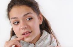 Portret van jong nieuwsgierig meisje die iets met rente waarnemen Stock Afbeeldingen