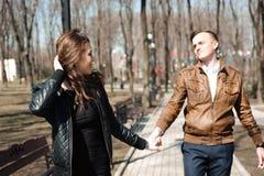 Portret van jong paar in liefde in een park royalty-vrije stock afbeelding