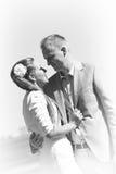 Portret van jong paar in zwart-wit stock fotografie