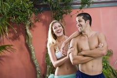 Portret van jong paar in zwempakken het lachen royalty-vrije stock fotografie