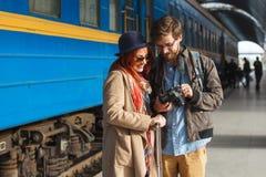 Portret van jong reizend paar die de foto's bekijken Het concept van het toerisme royalty-vrije stock foto's