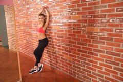 Portret van jong sportief meisje die uitrekkende oefening doen Royalty-vrije Stock Afbeeldingen
