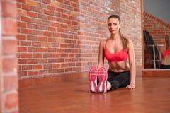 Portret van jong sportief meisje die uitrekkende oefening doen Stock Fotografie