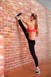 Portret van jong sportief meisje die uitrekkende oefening doen Royalty-vrije Stock Foto