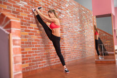 Portret van jong sportief meisje die uitrekkende oefening doen Royalty-vrije Stock Afbeelding