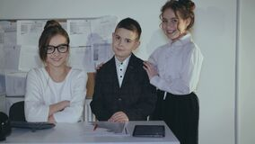 Portret van jong tiener` s commercieel team in bureau 4K stock videobeelden