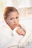 Portret van jong wijfje dat griep heeft die slecht voelt Stock Foto