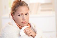 Portret van jong wijfje dat griep heeft die slecht voelt Stock Afbeeldingen
