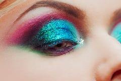 Portret van jonge aantrekkelijke blondevrouw Make-upclose-up, groene en blauwe toon Royalty-vrije Stock Fotografie