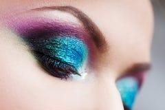 Portret van jonge aantrekkelijke blondevrouw Make-upclose-up, groene en blauwe toon Royalty-vrije Stock Foto