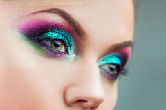Portret van jonge aantrekkelijke blondevrouw Make-upclose-up, groene en blauwe toon Stock Afbeeldingen