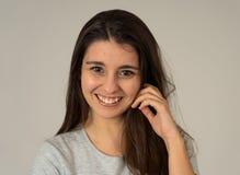 Portret van jonge aantrekkelijke donkerbruine vrouw met gelukkig gezicht en schitterend haar Menselijke uitdrukkingen stock foto