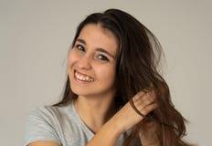 Portret van jonge aantrekkelijke donkerbruine vrouw met gelukkig gezicht en schitterend haar Menselijke uitdrukkingen stock afbeelding