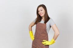 Portret van jonge aantrekkelijke glimlachende donkerbruine Kaukasische huisvrouw op witte achtergrond Mooie huishoudstervrouw stock foto's