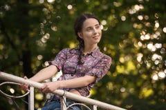 Portret van jonge aantrekkelijke glimlachende vrouw bij de zomer groen park op een zonnige dag royalty-vrije stock afbeeldingen