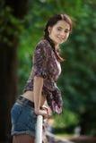 Portret van jonge aantrekkelijke glimlachende vrouw bij de zomer groen park op een zonnige dag royalty-vrije stock afbeelding