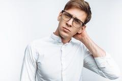 Portret van jonge aantrekkelijke kerel in glazen, in wit die overhemd, op witte achtergrond wordt geïsoleerd, voor reclame, tekst stock foto's
