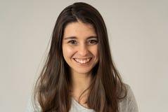 Portret van jonge aantrekkelijke vrolijke vrouw met het glimlachen gelukkig gezicht Menselijke uitdrukkingen en emoties royalty-vrije stock foto's